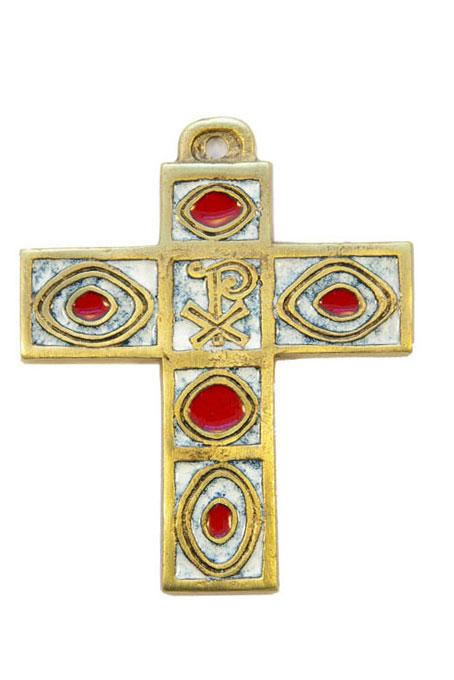 Croix en bronze à motifs géométriques et ornée d'un chrisme sur fond de décors émaillés. Croix d'inspiration médiévale mais néanmoins contemporaine, très graphique et décorative grâce à ses motifs géométriques alternant ellipses et carrés, avec une belle alternance des émaux grand feu.