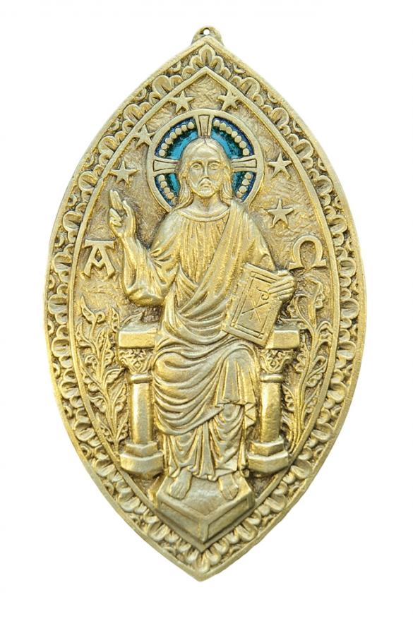 Grande plaque murale en bronze véritable d'inspiration gothique, en forme de mandorle, représentant le Christ en majesté assis sur son trône et son marchepied. L'auréole du Christ est ornée d'émaux grand feu bleus, réalisé selon la technique médiévale d'émaillage des émaux limousins.