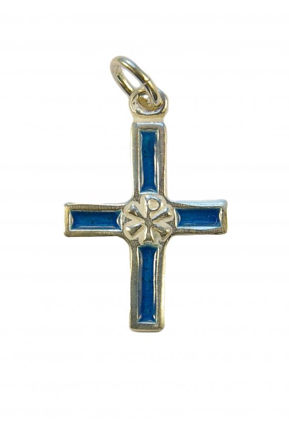 Petite croix en pendentif en argent massif, de 3 cm de haut, de forme latine avec les bras recouverts d'émaux de couleur (bleu ou vert). Au centre le monogramme du Christ, le Chrisme, est gravé sur un petit jeton en exergue au cœur de la croix. Cadeau de première communion, baptême, fête des Mères ou pour vous-même.