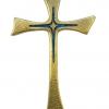 Croix asymétrique en bronze émaillé, de forme latine et pattée.