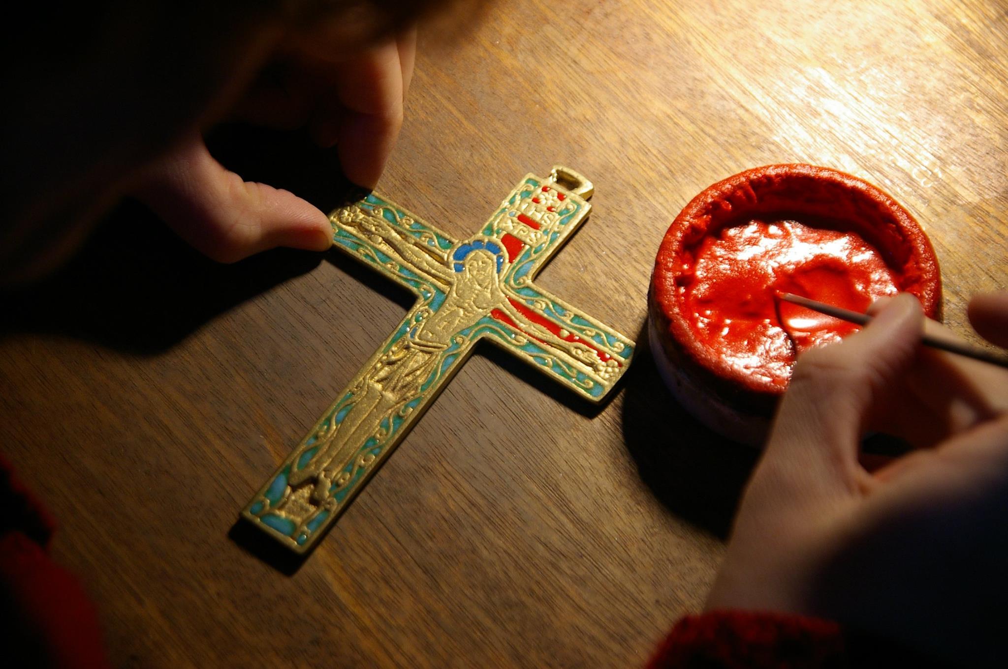 Les tailleurs d'images : croix en bronze émaux cadeau de communion